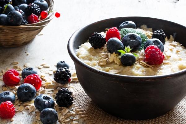 A bowl of porridge with berries